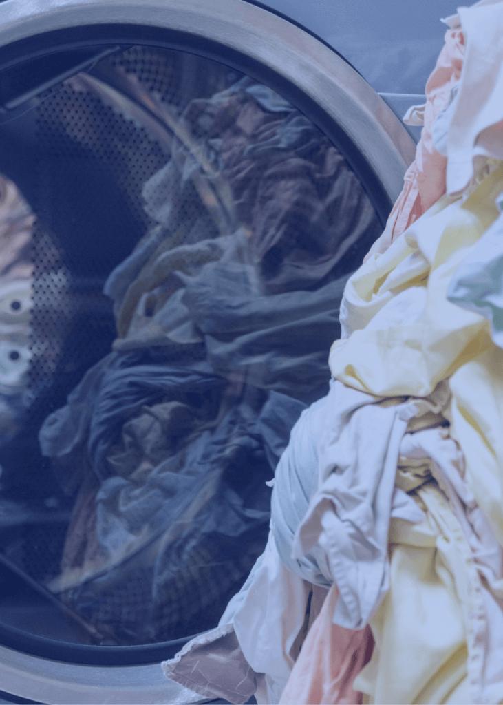 Veļas kaudze un veļas mašīna