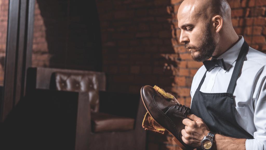 Vīrietis tīra ādas apavus